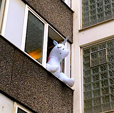 Aufgeblasenes Einhorn im Fenster